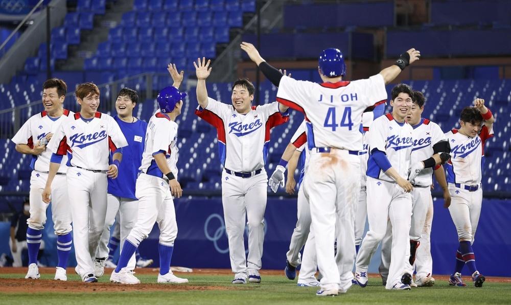 イスラエルにサヨナラ勝ちし、喜ぶ韓国ナイン=横浜スタジアム