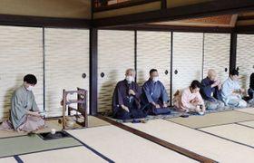 後楽園の鶴鳴館で濃茶を楽しむ小堀宗実家元(左から2人目)ら