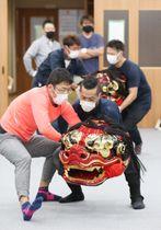 南信州獅子舞フェスティバルに向け、練習に熱を入れる上山獅子舞保存会のメンバー