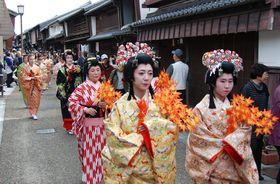 【2019年秋に開催した「東海道関宿街道まつり」=亀山市関町の関宿街道で】