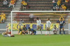 試合終盤にゴールの応酬となるもドロー決着。ホイッスルとともに笑顔なく倒れ込む両チームの選手たち