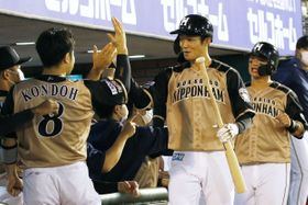 5回、2ランを放ち、ナインに迎えられる日本ハム・石井(中央)=楽天生命パーク