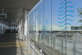 爽やかな海をイメージしたステッカーで装飾されたJR日立駅の自由通路=日立市幸町