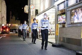 岡山市中心部の繁華街で時短・休業の実施状況を確認する岡山県職員=18日午後8時8分