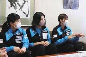 今シーズンの意気込みを語る選手ら=浜松市東区の中日新聞東海本社で