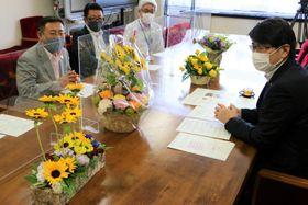 田上市長に県産の花をPRする後田組合長(左)ら=長崎市役所