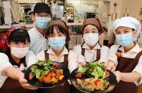 ビーガンメニューをアピールする食堂の職員たち=神戸市中央区籠池通4、神戸労災病院