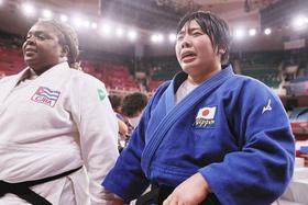 女子78キロ超級決勝 キューバのイダリス・オルティス(左)を破って優勝し、涙を流す素根輝=日本武道館で
