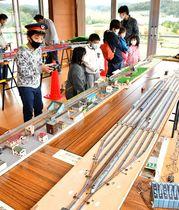 子どもたちが鉄道模型の運転体験などを楽しんだ=山形市・蔵王みはらしの丘ミュージアムパークはらっぱ館