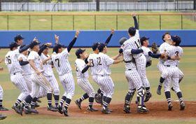首都大学野球リーグで74度目の優勝を果たし、喜ぶ東海大ナイン=浦安市運動公園