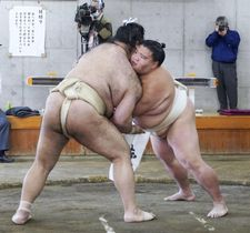 合同稽古で相撲を取る御嶽海(右)=両国国技館の相撲教習所