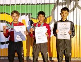 U18男子3000メートルで優勝した鳥栖工の間瀬田純平(中央)、3位の笠原大輔(左)、4位の谷口颯太(提供写真)