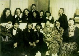 北林透馬宅での令女純情連盟の集まり。前列右から3番目が篠原あや、前列右端が透馬の妻で劇作家の北林余志子、中央後ろに立つ男性が透馬=1936年2月
