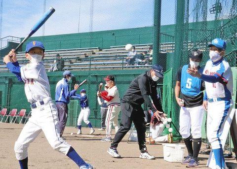 谷沢健一さん(右)ら名選手からバッティングを学ぶ子どもたち=能美市粟生町で