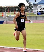 【男子1500メートル決勝】3分52秒40の大会新で優勝した小田切(学法石川)=あいづ陸上競技場