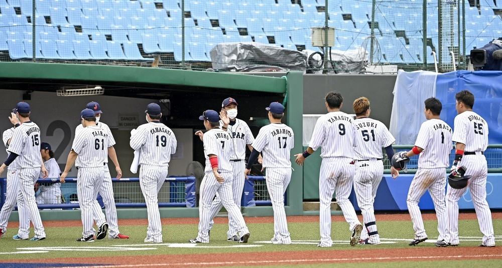 ドミニカ共和国にサヨナラ勝ちし、ナインとタッチを交わす稲葉監督(中央)=福島県営あづま球場
