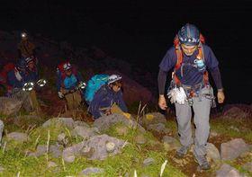 秋の行楽シーズンを前に、県警山岳救助隊が7日、阿蘇中岳、高岳で行った夜間訓練に同行した。夜明け前、隊員たちはヘッドライトの明かりを頼りに、足元の悪い急な岩場を慎重に登って行った。(東誉晃)