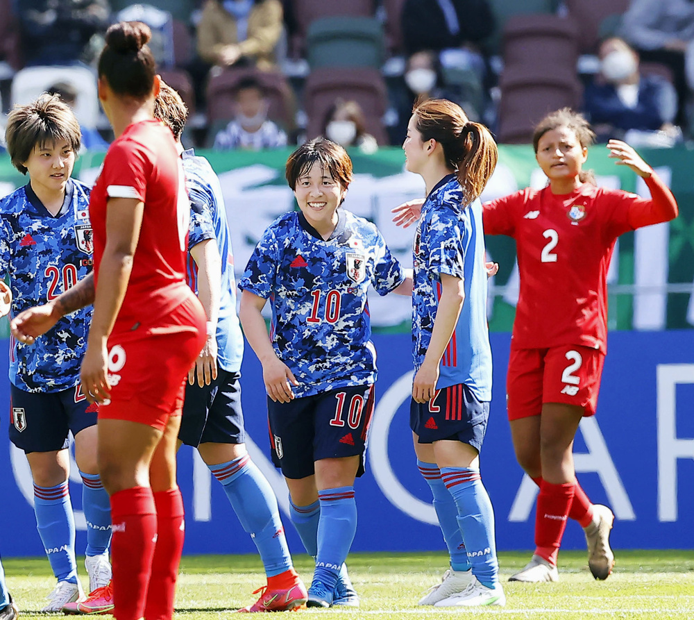 日本代表の国際親善試合、パナマ戦で得点を決め笑顔の籾木(中央)=4月、国立競技場