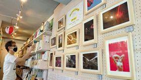 書店「本の轍」で開かれている「もう行けない店」をテーマにした企画展