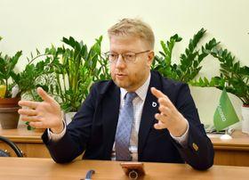 共同通信と会見したロシアの野党ヤブロコのルイバコフ代表=22日、モスクワの党本部(共同)