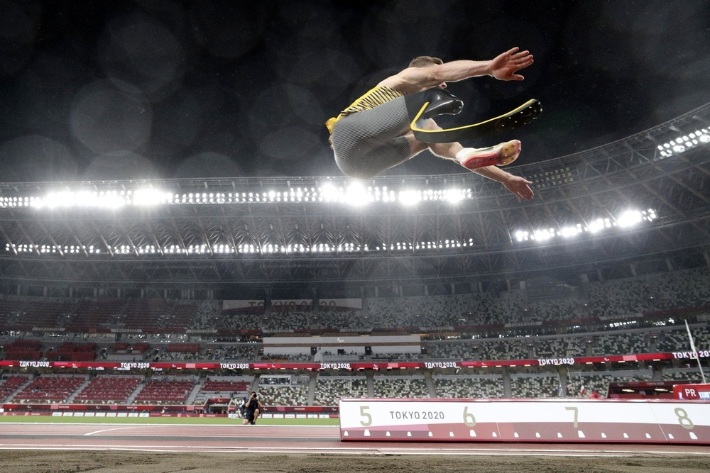 パラリンピックの陸上男子走り幅跳び(義足・機能障害T64)で優勝したドイツのレーム。ファウルとなった6回目には8㍍台半ばの大ジャンプだった=国立競技場