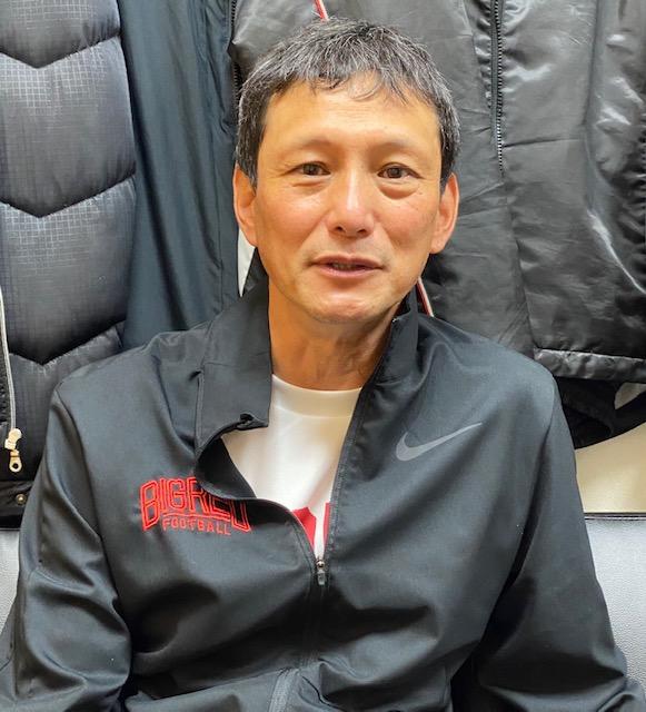 インタビューに答える橋詰功日大監督=東京・桜上水の日大グラウンド