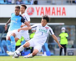 磐田―ザスパクサツ群馬 後半、自陣ゴール前で磐田・ルキアンの突破を阻む畑尾(3)=静岡・ヤマハスタジアム