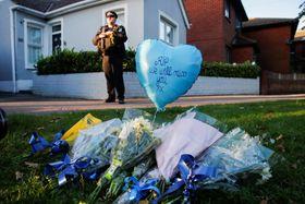 デービッド・エイメス英下院議員が刺された現場付近に手向けられた花束=15日、英南東部リー・オン・シー(ロイター=共同)