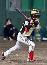 5回、栃木GBの西岡が右越えに適時二塁打を放つ=小山運動公園野球場