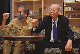 スペインと対戦する日本代表の選手に声援を送る藤井三千勇さん(右)=松江市東津田町