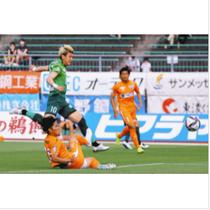 岐阜−宮崎 前半、チーム2点目のゴールを決める岐阜の川西選手(左)=長良川競技場で