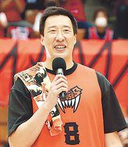 引退セレモニーで、あいさつする山田さん