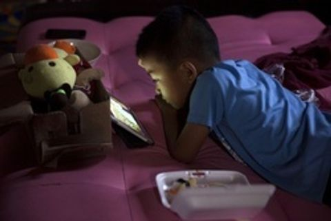 コロナ下で子どもが近視に 外遊びせずスマホ時間増?