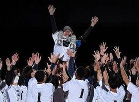 試合後の引退セレモニーで、チームメートらから胴上げされる斎藤佑樹投手(国政崇撮影)
