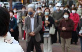 買い物客でにぎわう週末の宮崎市中心市街地で演説する衆院選候補者=23日午後