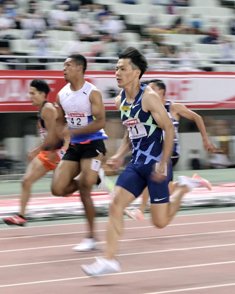 男子100㍍準決勝 10秒16の1組1着で決勝進出を決めた山県亮太(手前)。中央はサニブラウン・ハキーム=ヤンマースタジアム長居