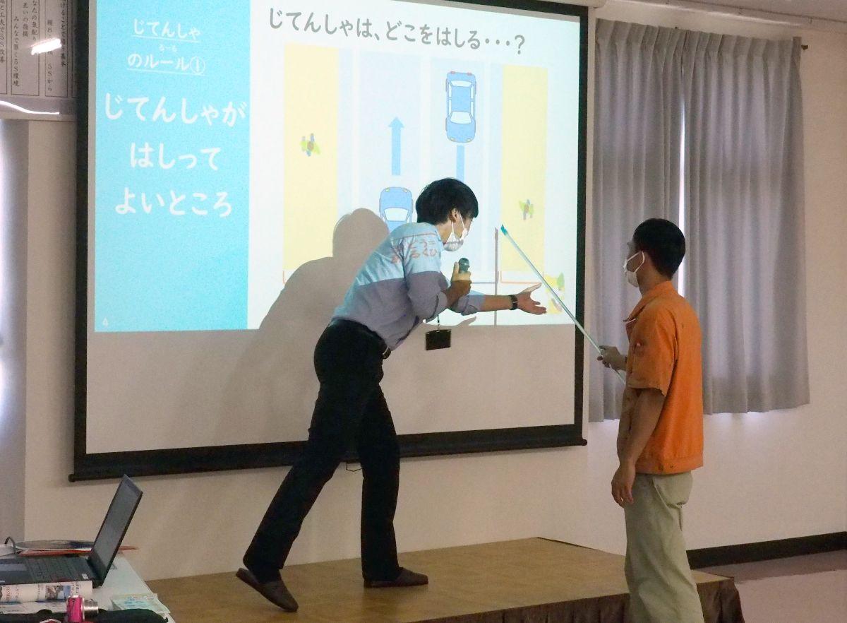 外国人技能実習生が自転車安全教室 佐賀市の金属加工会社