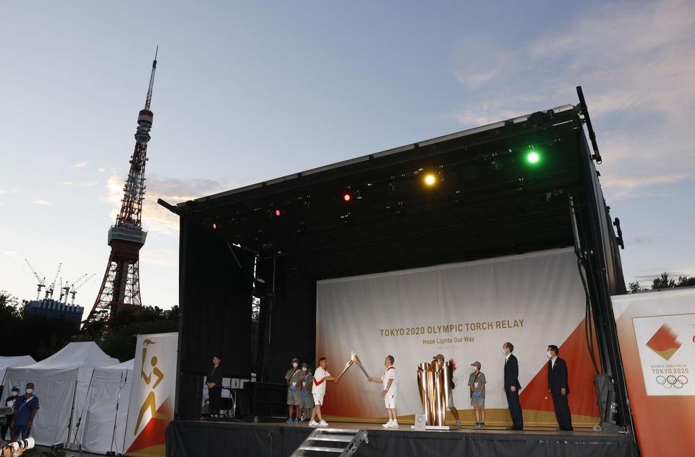 東京発、安本夏望  東京都港区の公園で行われた聖火の点火セレモニー。後方は東京タワー=22日午後
