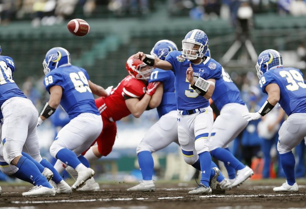 日大と対戦した甲子園ボウルでパスを投げる奥野耕世さん(3)=2020年12月13日、阪神甲子園球場