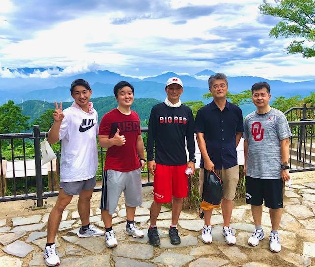 8月の休養日に橋詰功監督(中央)は支えてくれたコーチングスタッフと高尾山に登った