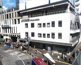 陽性が判明した駅員12人が朝礼や休憩、執務で出入りしていたJR渋谷駅南口駅舎(右手前)=東京都渋谷区で