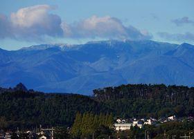 平年より10日早く初冠雪が観測された蔵王山=18日午前8時ごろ、仙台市太白区恵和町から撮影