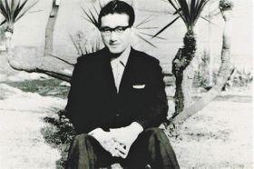 正田昭が生前、友人らに送った自らの写真。裏に1967年12月3日撮影とあり、40才で刑死する2年前の姿と分かる