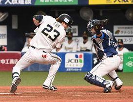 【オリックス-西武(23)】5回無死一塁、西武・渡辺への投球は犠打を試みたオリックス・伏見の顔面に当たり死球となる(撮影・大月崇綱)