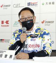 記者会見するトヨタ自動車の豊田章男社長=18日午後、三重県鈴鹿市