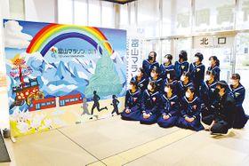 芳野中生が制作し、JR新高岡駅に設置されたパネル