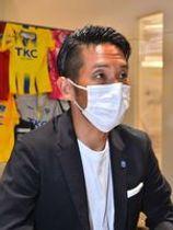 インタビューに答える栃木SCの山口強化部長