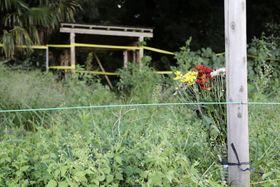 茨城県境町の家族殺傷事件から2年となり、現場付近に手向けられた花束=23日午後