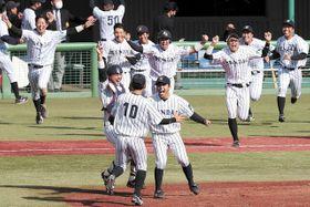 仙台大―福祉大 優勝を決め喜ぶ好リリーフを見せた長久保(手前右)ら仙台大の選手