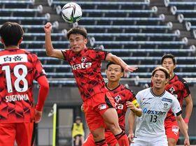 【熊本-讃岐】後半、浮き球をヘディングでクリアする熊本の上村=えがお健康スタジアム(石本智)